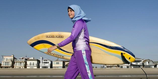 ** ARCHIV ** Sama Wareh posiert am 15. Feb. 2007 am Strand von Newport Beach, Kalifornien, in einem Schwimmanzug fuer muslimische Frauen. Auf den ersten Blick wirkt der Anzug nicht schwimmtauglich: Mit langen Aermeln und Beinen verhuellt der sogenannte Burkini die Schwimmerin komplett. Fuer glaeubige Musliminnen ist er allerdings das einzige Kleidungsstueck, mit dem sie sorglos ins Wasser gehen koennen. In Berliner Hallenbaedern wird der Burkini - eine Wortschoepfung aus Burka und Bikini - jetzt