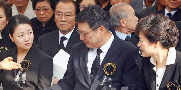 2007년 10월 26일 박근혜 한나라당 전 대표(당시)가 국립현충원 박 전 대통령 묘역에서 민족중흥회 주관으로 열린 박정희 전 대통령 서거 28주기 추도식에 참석, 동생 근령, 지만씨 부부와 얘기를 나누고 있다. 사진 앞줄 오른쪽 부터 박근혜 전 대표, 박지만씨와 부인 서향희씨, 박근령씨