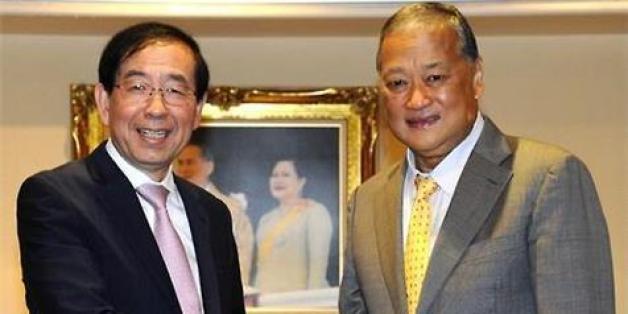 사진은 지난 7월8일, 박원순 서울시장이 방콕 시청에서 수쿰판 버리팟 방콕시장과 만나 악수를 나누는 모습. ⓒ연합뉴스