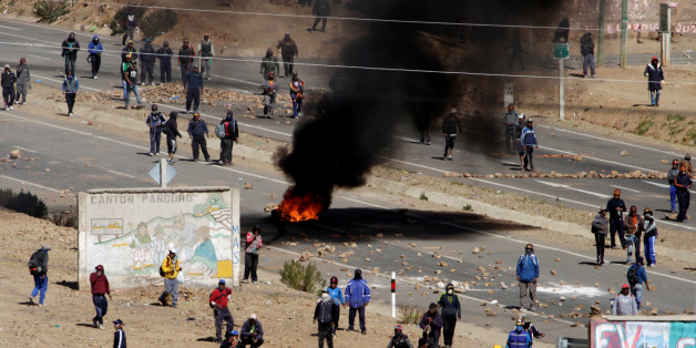 Independent miners block a main highway during a protest against Bolivia's President Evo Morales' government policies, in Panduro south of La Paz, Bolivia, August 25, 2016. REUTERS/David Mercado
