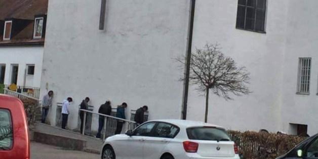 Dieses bei Facebook verbreitete Foto soll zeigen, wie Flüchtlinge gegen eine Münchner Kirche pinkeln. Eine Lüge.
