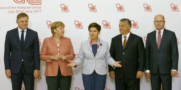 Fürs Foto vereint: Mit ihrer Flüchtlingspolitik steht Merkel beim Treffen hingegen allein dar.