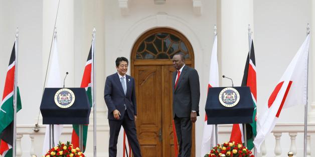 Le Premier ministre japonais Shinzo Abe (gauche) et le président du Kenya Uhuru Kenyatta à Nairobi le 26 août 2016