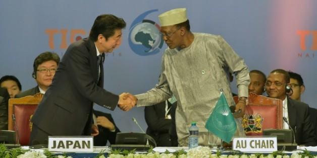 Le Premier ministre japonais, Shinzo Abe (à g.), et le président tchadien, Idriss Déby (à d.), pendant l'ouverture de la Conférence internationale de Tokyo pour le développement de l'Afrique, à Nairobi le 27 août 2016