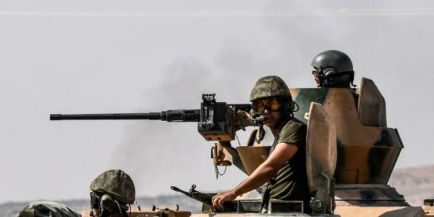 Des soldats turcs dans un tank en route pour la Syrie depuis la ville frontalière turque de Karkamis