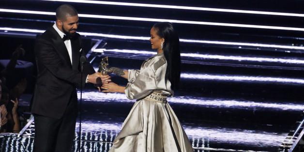 "Sängerin Rihanna bekommt von Drake den Sonderpreis ""Michael Jackson Video Vanguard Award"" verliehen"