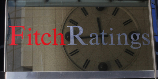 A clock is seen inside the lobby of the headquarters of Fitch Ratings headquarters in New York, February 6, 2013. REUTERS/Brendan McDermid (UNITED STATES  - Tags: BUSINESS)