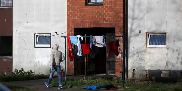 Flüchtling vor einem bayerischen Flüchtlingsheim