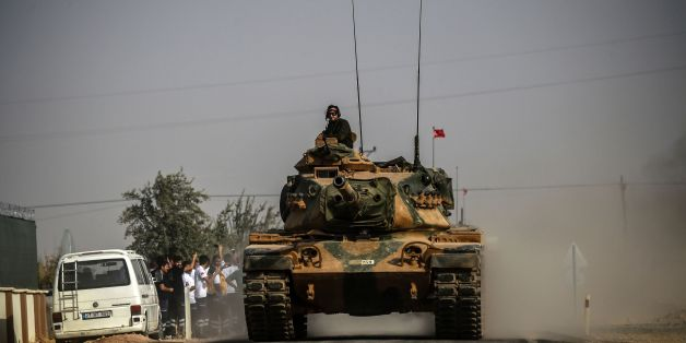 Des chars de l'armée turque font route vers la ville syrienne de Jarablos le 25 août 2016