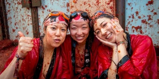 """Des participantes asiatiques au festival de la """"Tomatina"""", le 26 août 2015 à Bunol, près de Valence, le 26 août 2015"""
