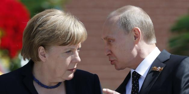 Viele Anhänger von AfD und Linke Vertrauen Putin mehr als Merkel