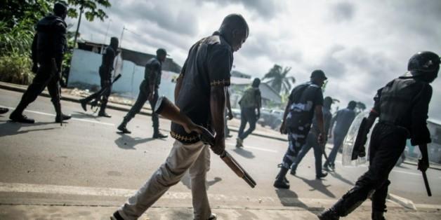 La police gabonaise lutte contre les barricades dressées dans les environs de l'Assemblée nationale, le 1er septembre 2016 à Libreville