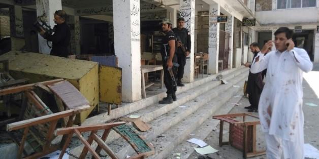 Des policiers pakistanais sur les lieux d'un attentat contre un tribunal à Mardan, le 2 septembre 2016