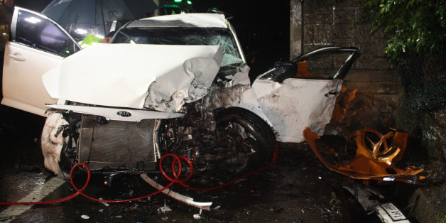 3일 오전 4시25분께 대구시 달성군 논공읍 남리에서 옹벽을 들이받은 승용차. 이 사고로 운전자 최모(19)군을 포함해 고고생 5명이 크게 다쳐 병원으로 옮겼지만 모두 숨졌다.