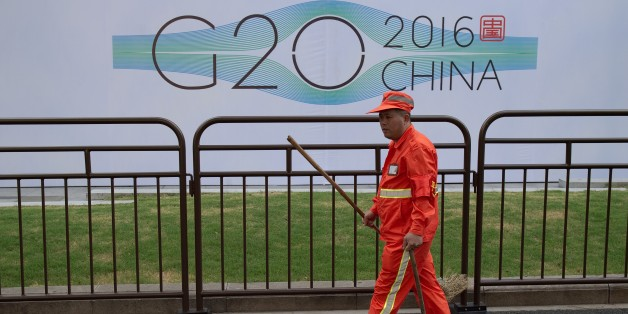 Un employé à la propreté de Hangzhou nettoie les alentours d'un hôtel avant le G20, le 2 septembre 2016.