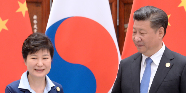 박근혜 대통령과 시진핑 중국 국가주석이 5일 오전(현지시간) 중국 항저우 서호에서 열린 한-중 정상회담에서 악수하고 있다.