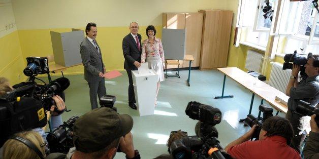 Erwin Sellering und seine Frau geben ihre Stimmen bei der Landtagswahl ab