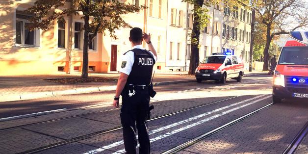 Archivbild: Ein Polizist weist den Verkehr im Revier Magdeburg