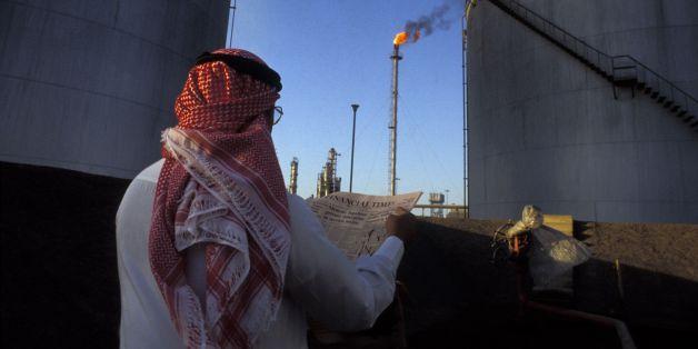 Un industriel saoudien lit le journal Financial Times dans une raffinerie de pétrole en Arabie Saoudite en 1986.  (Photo by Keystone-France\Gamma-Rapho via Getty Images)