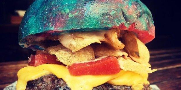 Le Bar Luca a créé un burger arc-en-ciel inspiré de Willy Wonka.