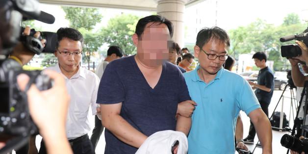 고등학교 동창인 현직 부장검사에게 사건 무마 청탁을 한 의혹을 받는 사업가 김모씨가 5일 오후 검찰에 체포돼 서울 서부지방법원으로 들어가고 있다.