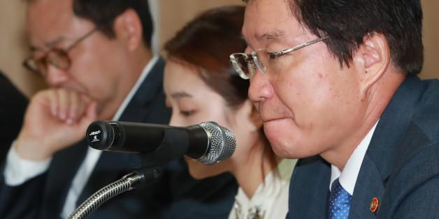 김영석 해양수산부 장관(오른쪽)이 6일 오후 서울 여의도 해운빌딩에서 열린 해운동맹 'CKYHE' 소속 선사 등 국내외 주요 선사 관계자들과의 간담회에 참석해 발언에 앞서 생각에 잠겨 있다.