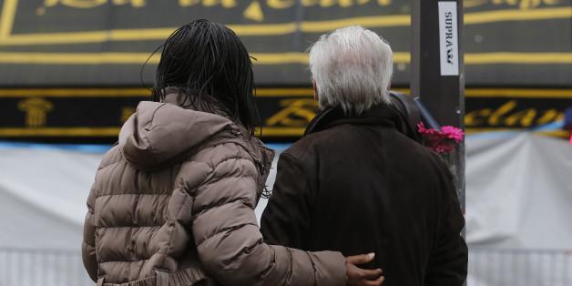 Trauernde vor der Veranstaltungshalle Bataclan, in der 89 Menschen erschossen wurden