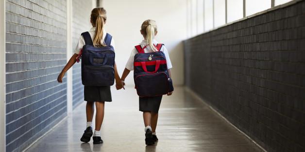 Zwei Schulmädchen (Symbolfoto)