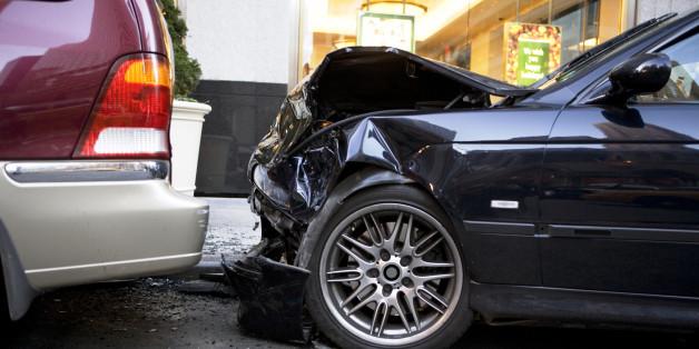 Zwei Autofahrer krachen ineinander - als die Polizistin die Führerscheine anschaut, traut sie ihren Augen nicht