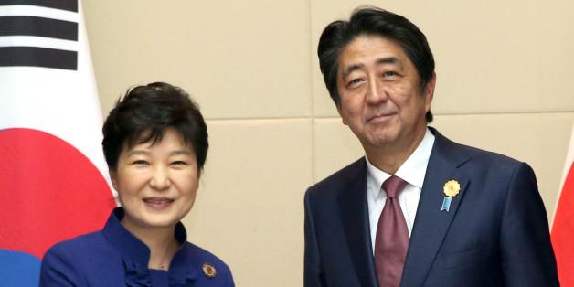 박근혜 대통령과 아베 일본 총리가 9월 라오스 비엔티안 국립컨벤션센터(NCC)에서 열린 한·일 정상회담에서 악수하고 있다.