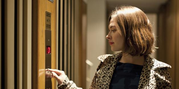 Frau im Aufzug. Symbolbild.