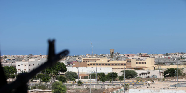 A Libyan fighter from Bonyan Marsous Brigades aims his weapon during a battle with the Islamic State fighters, in Sirte, Libya August 27, 2016. REUTERS/Hani Amara