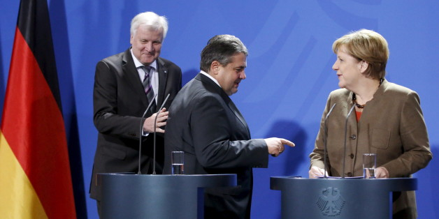 German Chancellor Angela Merkel (R), German Economy Minister Sigmar Gabriel (C) and Bavarian State Premier Horst Seehofer arrive to address the media before a meeting of German state leaders to discuss the migrant crisis at the chancellery in Berlin, Germany, November 5, 2015.     REUTERS/Fabrizio Bensch