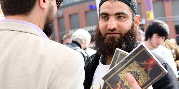 Muslim verteilt Koran in einer deutschen Innenstadt (Symbolbild)