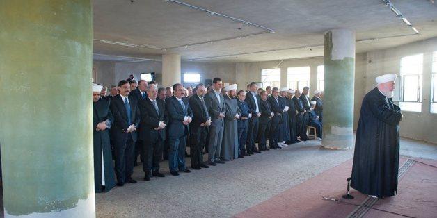Bachar Al-Assad accomplissant la prière de l'Aïd dans la mosquée Saad ibn Moaz de Daraya