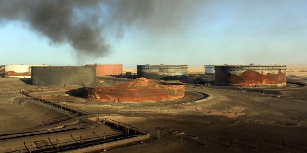 De la fumée s'échappe de terminaux de stockage pétroliers en Libye après des combats, le 9 janvier 2016 près de Ras Lanouf