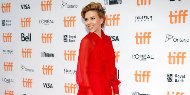 Scarlett Johansson präsentiert sich in einem roten Kleid