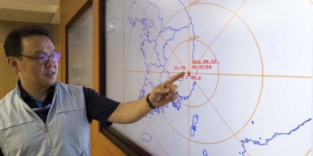 경북 경주시 남서쪽 9㎞ 지역에서 규모 5.1지진이 발생한 12일 오후 서울 동작구 기상청 국가지진화산센터에서 관계자가 자료를 설명하고 있다.