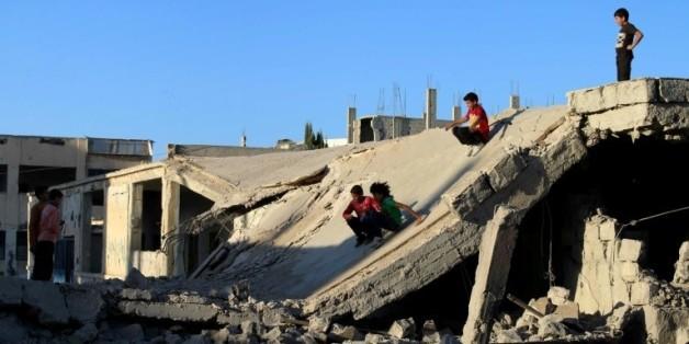Des enfants jouent dans des ruines à Daraa, un fief rebelle dans le sud-ouest de la Syrie, le 12 septembre 2016