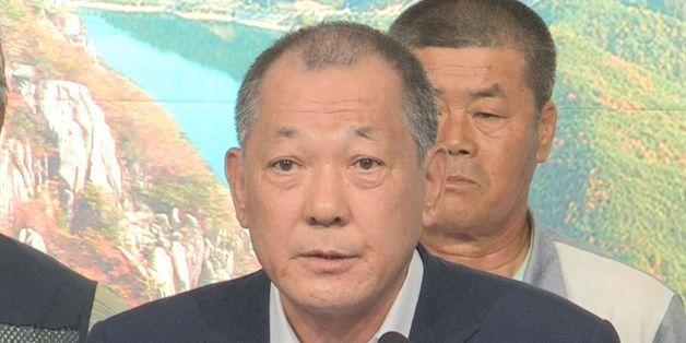 8월 22일 경북 성주군청 1층 대강당에서 김항곤 성주군수가 기자회견을 열고 있다.