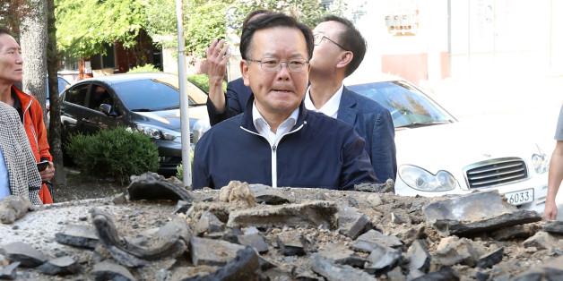 더불어민주당 김부겸 의원(왼쪽 두번째)이 13일 오후 지진 피해를 본 경북 경주시 성건동의 한 아파트를 찾아 피해 상황을 점검하고 있다.