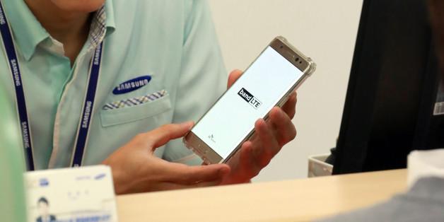 11일 서울 시내 한 삼성전자 휴대폰 서비스센터에서 갤럭시 노트7 사용자가 직원과 상담하고 있다. 삼성서비스센터는 불안해하는 노트7 사용자들을 위해 주말에도 노트7 기기 점검과 대여폰 지급 업무를 보고 있다.