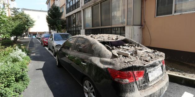 13일 오후 경북 경주시 성건동의 한 아파트에 주차된 차량 위에 전날 지진의 영향으로 떨어진 기와가 쌓여 있다.