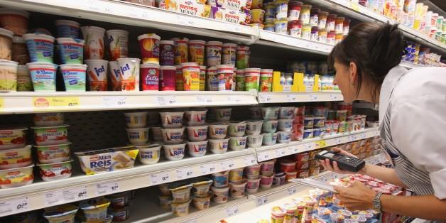 Hersteller warnen vor Plastikteilen: Diese Aldi-Joghurts solltet ihr umgehend zurückbringen