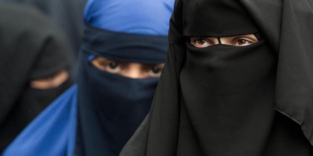 Niqab-Trägerinnen bei einer Salafisten-Demonstration in Düsseldorf