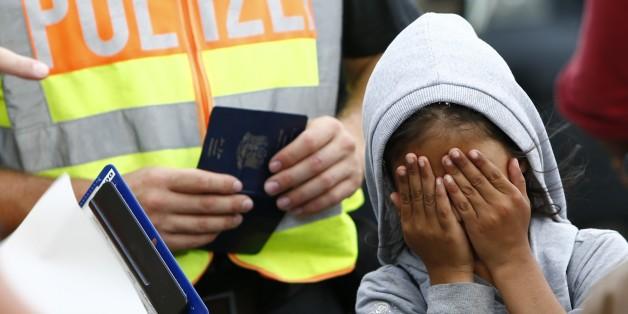 Ein Flüchtlingsmädchen bei einer Passkontrolle an der deutschen Grenze
