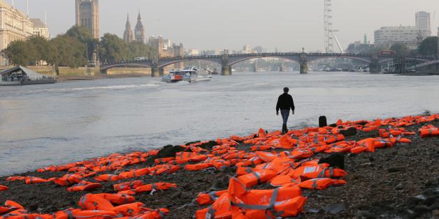 Am Ufer der Themse lagen plötzlich hunderte Rettungswesten.