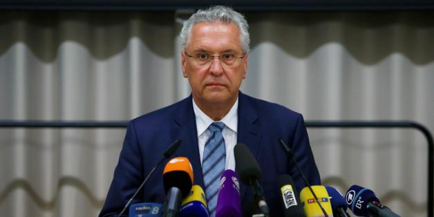 Joachim Herrmann wirft dem Bundesamt für Migration und Flüchtlinge Schlamperei bei gefälschten Pässen vor