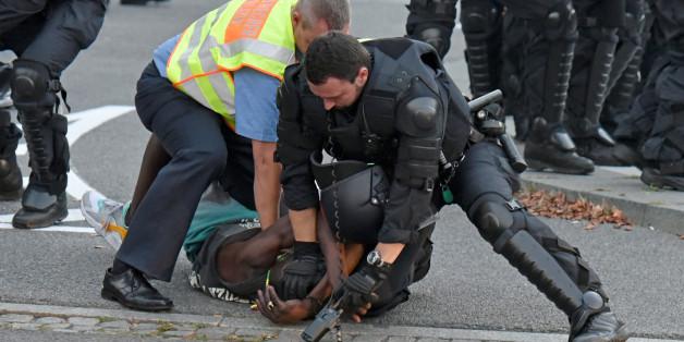 Die Polizei soll Flüchtlinge schützen - dieser Bericht zeigt, was sie wirklich macht