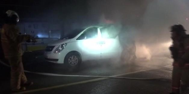 17일 오후 8시 40분께 서울 성북구 상월곡동의 한 도로에서 곽모(45)씨의 승합차가 불에 타고 있다. 곽씨는 자기 차에 불을 지른 혐의로 경찰에 붙잡혀 조사를 받고 있다.